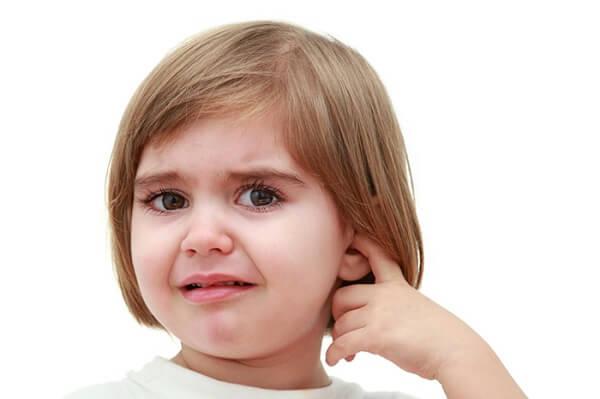 Болит и не слышит ухо у ребенка