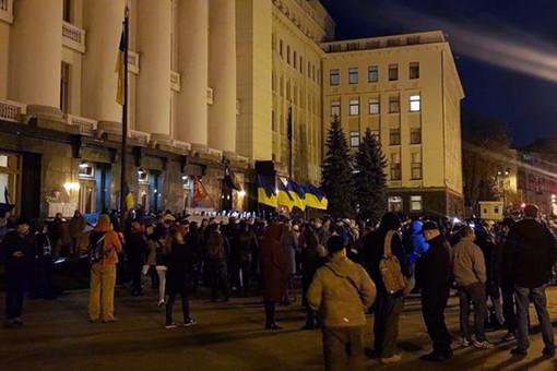 Подофисом Зеленского начались стычки протестующих сполицией