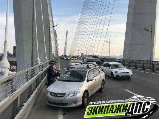 Взрыв колеса спровоцировал серьёзное ДТПнаЗолотом мосту Владивостока