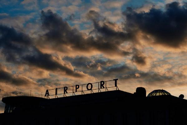 Летевший вМоскву самолет изменил траекторию движения иприготовился кпосадке