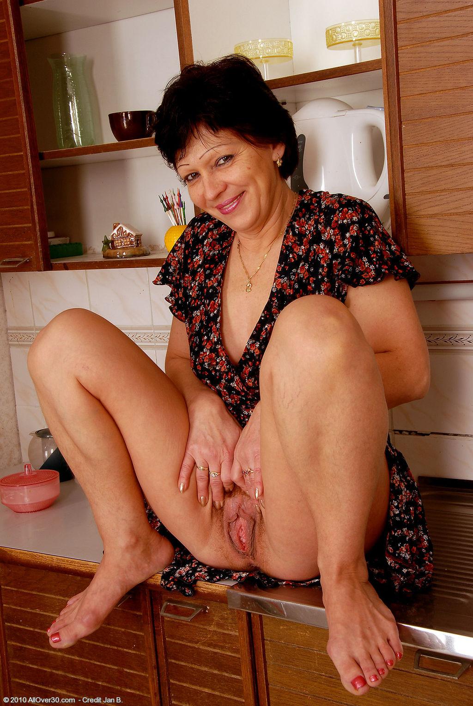 смотреть порно зрелая дама на кухни без нижнего белья