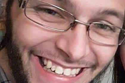 Британские полицейские вычислили педофила покольцу наегоруке
