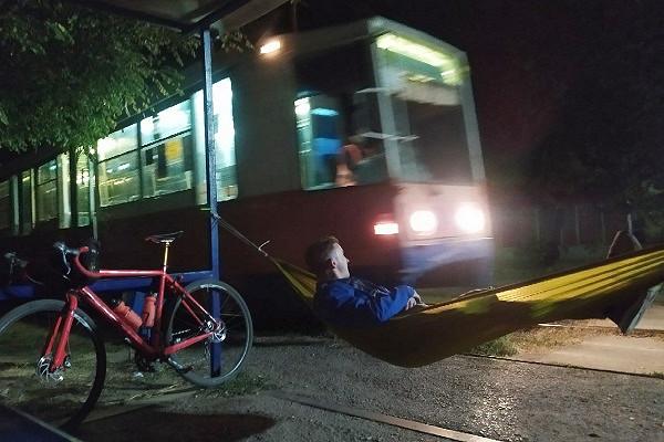 Ожидая трамвай, россиянин повесил наостановке гамак