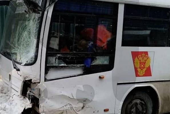 Грузовик протаранил автобус сврачами вПодмосковье