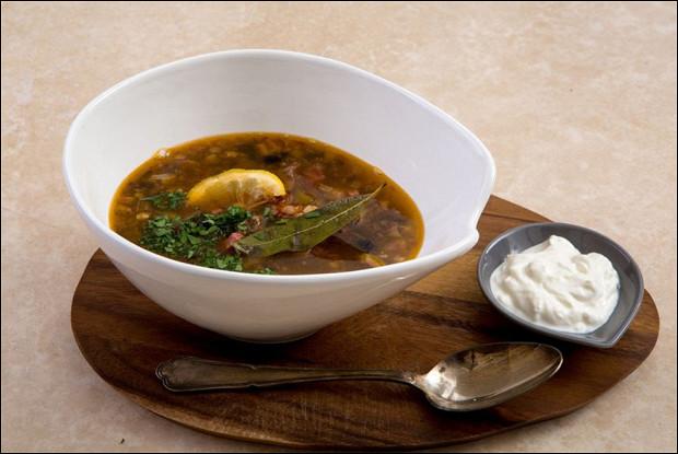 рецепт солянки с беконом и маслинами