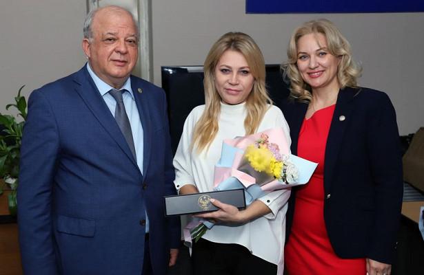 Накануне Днянародного единства вДагестане наградили деятелей культуры иискусства