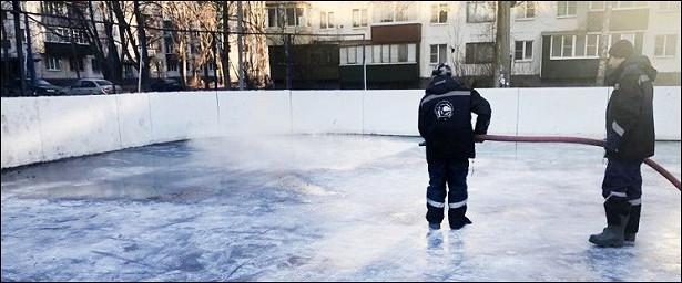 ВЛипецке начали заливать ледовые катки