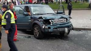 ВКиеве автомобиль протаранил людей наостановке